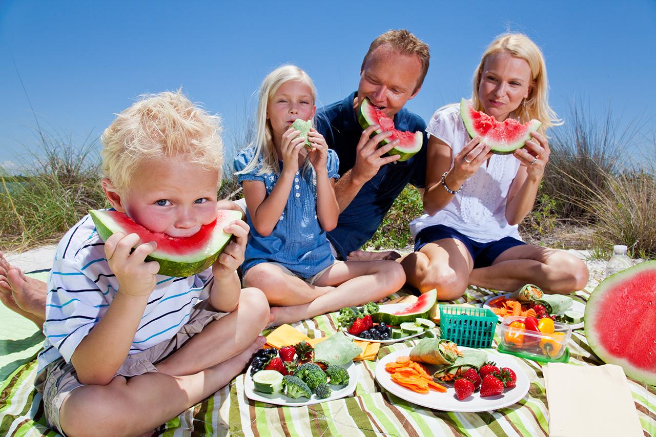 Melon_SEM_OPF_General_FamilyEatingWatermelonOnBeach_001